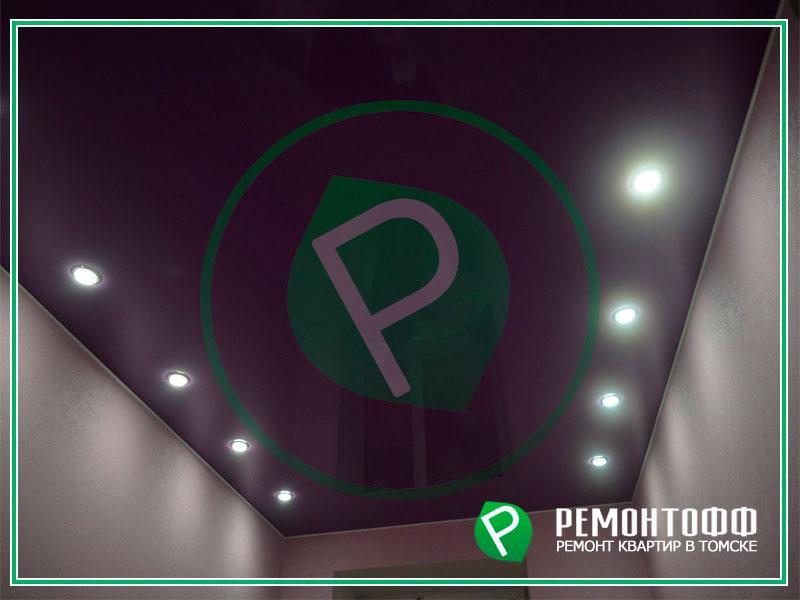 Натяжной потолок 5м2 в Томске. Матовый натяжной потолок со светильниками. Монтаж цветного потолка по индивидуальному заказу, безопасный монтаж.
